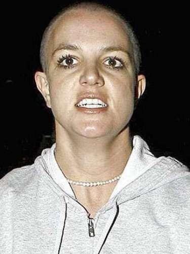 Britney Spears, en un momento de locura, se rapó la cabeza, quedando igual que un locochico.