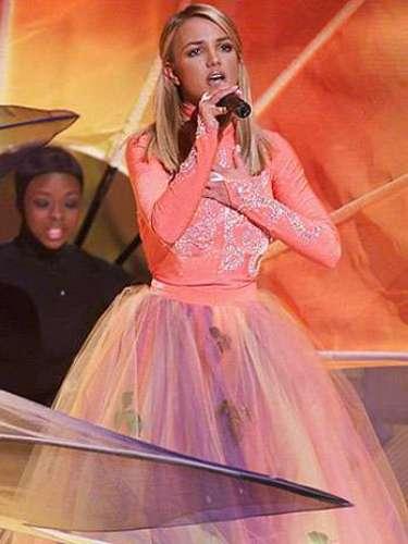 Britney deslumbró sobre el escenario al salir vestida como toda una princesa de cuentos de hadas.