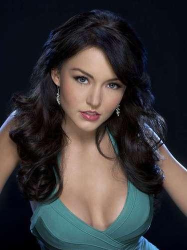 Después de participar en cuatro telenovelas, Angelique Boyer recibe su primera oportunidad de oro al protagonizar la telenovela 'Teresa'.
