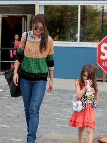 Suri Cruise con su mamá Katie Holmes en las calles de New York, tras el regreso a clases.