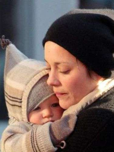 Marion Cotillard con su hijo Marcel