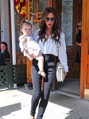 Victoria Beckham sale con su accesorio favorito, su hija de 14 meses de edad, Harper. La diseñadora está muy ocupada con eventos en el Nueva York Fashion Week y lleva a su pequeña a todas partes
