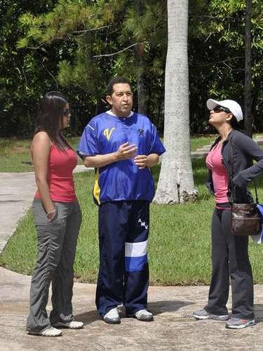 Después de someterse a rigurosas quimioterapias, en Julio de 2011 Chávez aparece junto a sus hija, en Cuba.