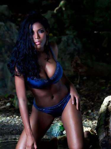 Miss Curazao - Monifa Jansen. Tiene 18 años, su cabello es negro y sus ojos azules. Mide 1.74 metros de estatura.