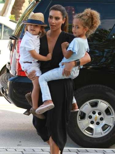 Kim Kardashian lleva a su sobrino Mason y su amigo al Museo de los Niños de Miami, en Florida. ¿No sería ella una gran madre?