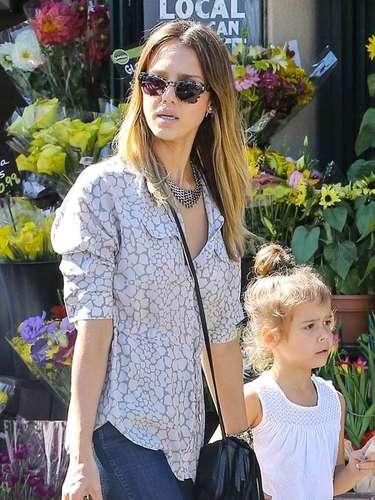 Jessica Alba en 'un día de chicas' en Brentwood, California. Honor , de cuatro años, se dirigió con su mamá a una tienda de flores.
