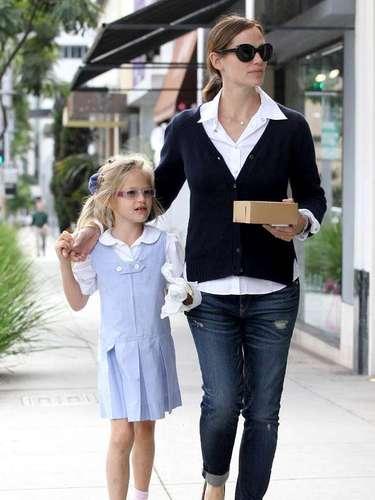 Jennifer Garner con su hija Violet Affleck comiendo un dulce en Beverly Hills , California. La joven metido hace su merienda después de la escuela con su mamá, la actriz Jennifer Garner quien está casada con Ben Affleck.
