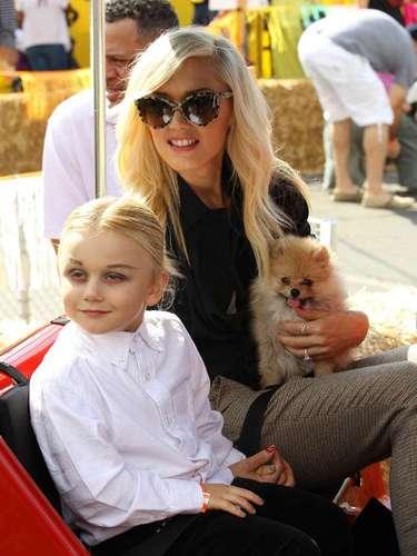 Gwen Stefani lleva a su perro y a Zuma en un paseo en una parcela de calabazas en Los Angeles, California. La cantante tenía una sonrisa mientras se sentaba con el perro en su regazo y Zuma junto a ella - parece que ha estado tomando consejos de estilo de su madre!