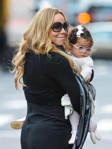 Mariah Carey sonríe mientras abraza a su adorable hija Monroe Cannon. La cantante y su hija llevaban gafas con estilo durante un paseo por la zona de Tribeca de Nueva York . Parece Monroe ha heredado un estilo fabuloso de su madre!