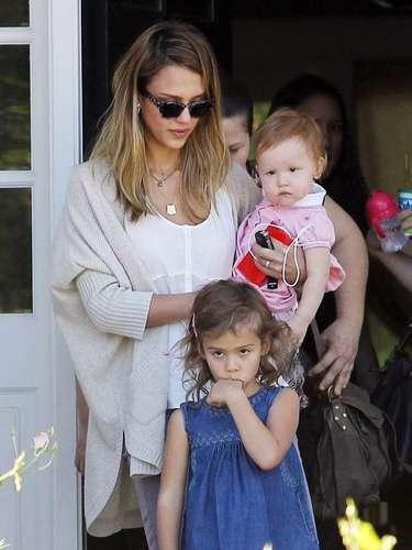 Jessica Alba con su hija de 14 meses, Haven Warren , deja la casa de un amigo en California. La estrella luego hizo todo lo posible para alegrar a su otra hija de cuatro años, Honor - que aparentemente estaba aburrida - llevándola a almorzar.