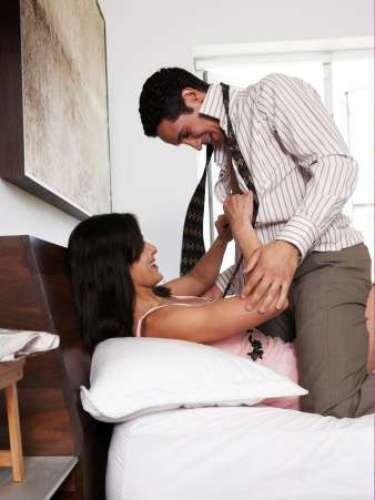 Juega con tu bufanda. Acaríciala con tus manos, acaricia tus hombros, arquea tu espalda mientras disfrutas de esas caricias. Abrázale con ella, incluso hasta puedes atarle.