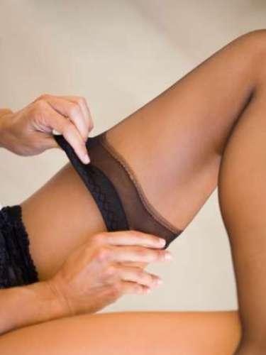 Quítate los zapatos de un solo movimiento y sube la pierna a un mueble para quitarte las medias. Este es de los movimientos más sensuales, tienes que quitártelas acariciando tus piernas. Imagina que tus manos son sus manos. Una vez que te las quitas puedes jugar con ellas lanzándolas a su cuello, por ejemplo.