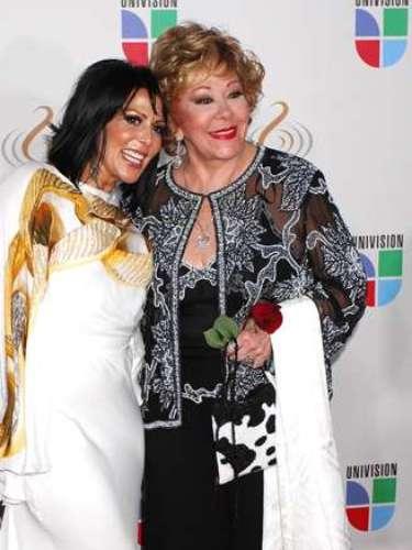 Silvia Pinal, una actriz con una trayectoria limpia y ejemplar, ha tenido que batallar con el comportamiento de su hija, la rockera Alejandra Guzmán, a quien se le ha vinculado con el mundo del alcohol, las drogas y recientemente, los problemas de salud de la rockera debido a malas cirugías estéticas