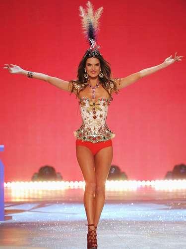 Con sus alas listas las sensuales modelos protagonizaron este desfile que tuvo lugar en la ciudad de Nueva York en un show que reunió también a grandes estrellas de la música como Rihanna, Justin Bieber y Bruno Mars, para calentar la temporada.