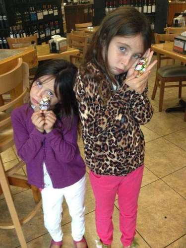 Juan Soler es un papá muy responsable y consentido, pero sólo de vez en cuando el actor argentino le permite a sus hijas con Maki, algún caprichito. El actor publicó una foto de sus hijas en un restaurante, y escribió: \