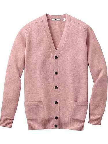 Pretty in pink: un cardigan clásico para tu hombre (29 dólares en uniqlo)