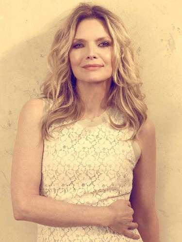 Los 54 años de Michelle Pfeiffer no espantan a los galanes.
