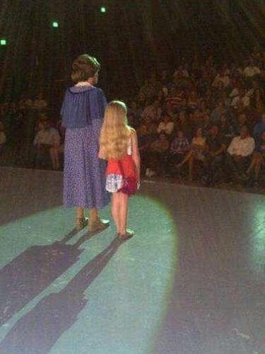 Constanza, la hija de Edith González, demuestra que ya tiene presencia sobre un escenario. El fin de semana la niña acompañó a la actriz Susana Alexander, a un pedido de disculpas al público por el retraso de la obra Los Arboles mueren de Pie. \
