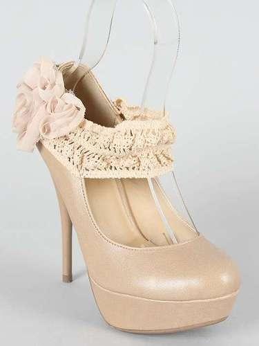 Un poco de romanticisimo para las fiestas con estos zapatos de tacón con una flor. 23 dólares en urbannog.com