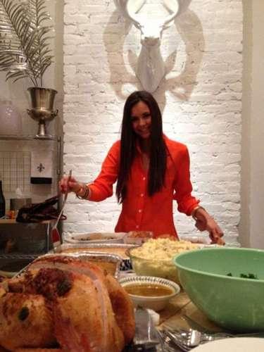 Nina Dobrev publicó una foto de sí misma preparándose para servir la comida