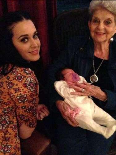 Celebrando a través de las generaciones: Katy Perry se tomó un tiempo de su apretada agenda para estar con su familia