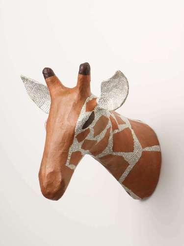 En Antropologie encontramos una cabeza de jirafa para decorar la pared por sólo 68 euros. También tienen gacelas y rinocerontes y están hechas en papel maché.