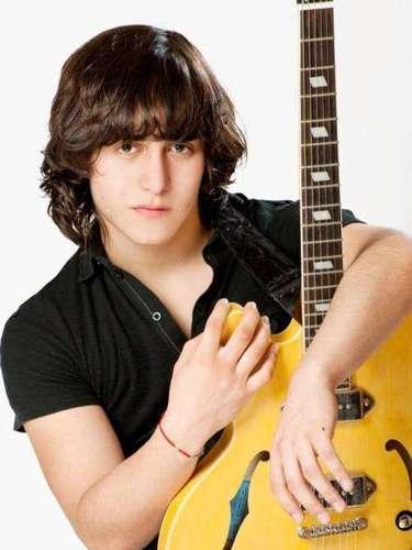 Con esta imagen Joan Sebastian le hace publicidad a la carrera musical de su hijo Julián.\