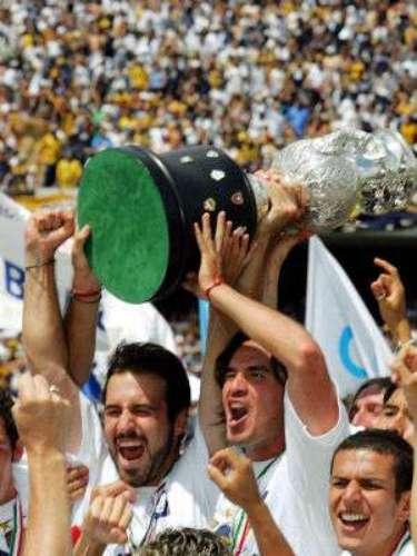 En una gran final definida por penales, Pumas doblegó a Chivas en el Clausura 2004. Los Universitarios cortaban una sequía de 13 años sin título.