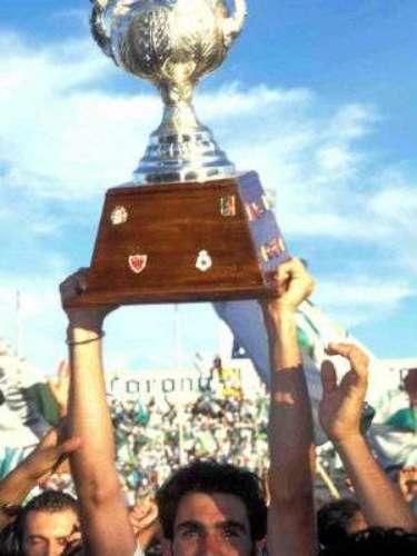 Santos fue el primer club en ser campeón en los torneos cortos del futbol mexicano. Los laguneros se impusieron en la Final del Invierno 96 al Necaxa por global de 4-3 para conseguir su primera estrella en la historia. Alfredo Tena era el DT del cuadro albiverde.