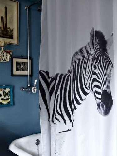 El cuarto de baño tamporco escapa a la moda animal print. Esta cortina de ducha que encontramos en Urban Outfitters por 46 eurosnos deja escondernos detrás de una cebra a la hora del baño.