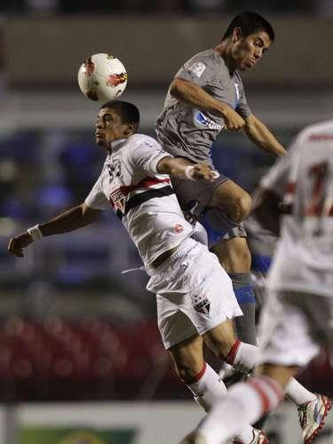 Denilson recibe un recargón de Francisco Silva en una jugada del primer tiempo, el cual terminó empatado 0-0 y hasta el descanso, el boleto era de los brasileños.