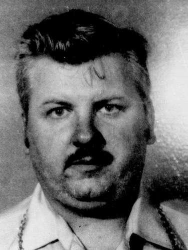 John Wayne Gacy había nacido en 1942. Era un respetado hombre de negocios, miembro del Partido Demócrata en Chicago y hasta era un simpático payaso conocido como 'Pogo the Clown'. Pero nadie sabía que en el fondo era un sangriento asesino que secuestraba niños y jóvenes. Mató a al menos 33 niños y muchachos, a quien los seducía con sus trucos de magia e ilusionismo. Enterró a la mayoría en su casa y el resto en un paraje cercano a orillas de un río. Fue apresado, juzgado y condenado a muerte. Antes de ser ejecutado en mayo de 1994, le dijo a quienes le administraron la dosis letal: 'Kiss my ass' (una expresión muy vulgar que quiere decir 'bésenme el trasero').
