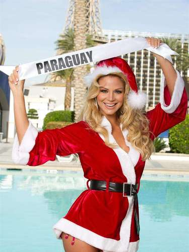 Adicionalmente, las representantes dieron la bienvenida a la temporada de fiestas con traviesos y sexis trajes conmemorativos de la temporada. Así lo hizo ver MissParaguay (Egni Eckert).