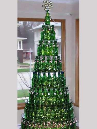 El mejor pretexto para armar un árbol navideño como el de esta foto es tener que beberte el contenido de estas botellas.