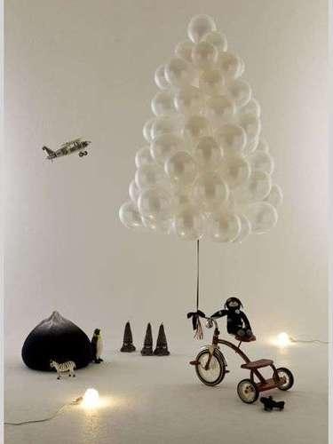 Los globos también pueden ayudarte. Y con apenas una bolsa puedes crear un árbol navideño.