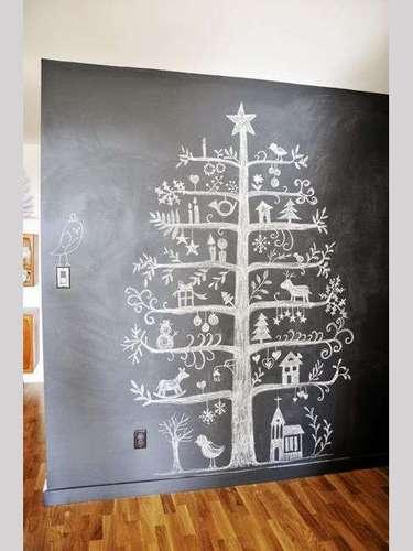 Si andas muy inspirado, qué tal un árbol dibujado sobre la pared y que muestre detalles artísticos.