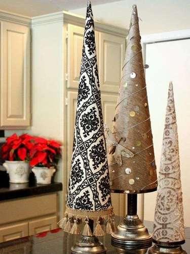 Saca las cortinas de los cajones y crea pinos navideños.