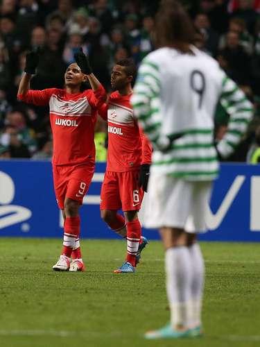 Pero la fiesta se torció en un momento psicológico. Justo antes del descanso, el brasileño Ari subió el empate al marcador que cayó como un jarro de agua fría en las filas escocesas. Con el Benfica empatando en Barcelona, había que empezar de nuevo.
