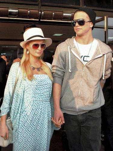 Los sombreros y los lentes estilo piloto son otras de las tendencias que Paris Hilton supo agregar a su look.