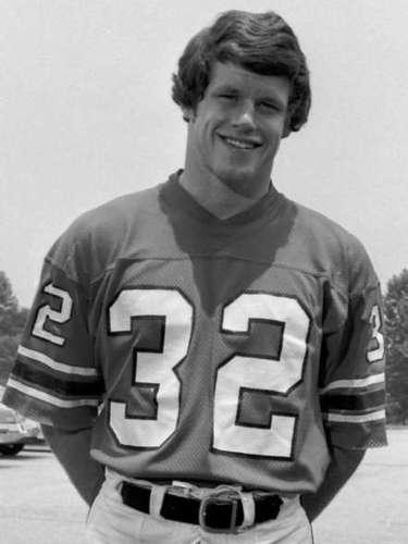 Easterling jugó desde 1972 hasta 1979 como jugador defensivo de los Halcones de Atlanta, y después de su carrera, tuvo tratamiento médico para tratar la demencia, la depresión y el insomnio, según dijo su viuda.