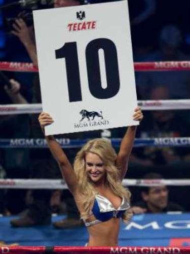 Esta edecan fue objeto de piropos cuando subió al ring a anunciar el décimo round del 'Títere' Vázquez ante Gesta.