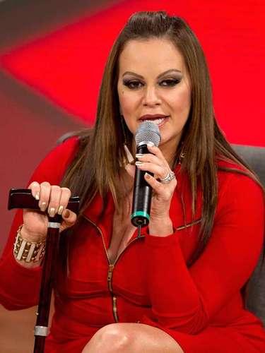 Jenni es una mujer temperamental y durante un concierto en Estados Unidos, Rivera golpeó con el micrófono a un hombre que había asistido a su recital. La policía la detuvo, la arrestó y salió bajo una fianza de 3 mil dólares.