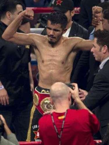 El mexicano Miguel 'Títere' Vázquez retuvo su título ligero de la FIB al imponerse a Mercito Gesta por decisión unánime.