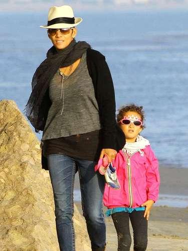Halle Berry y su hija Nahla disfrutan de un día de juegos en la playa de Malibú, en Los Angeles, California. La actriz 'Catwoman' y su niñade cuatro años de edad, corrió descalza por la arena