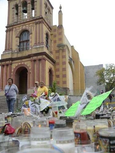 El Santuario de Guadalupe atrae a fanáticos de Jenniy uno que otro curioso.