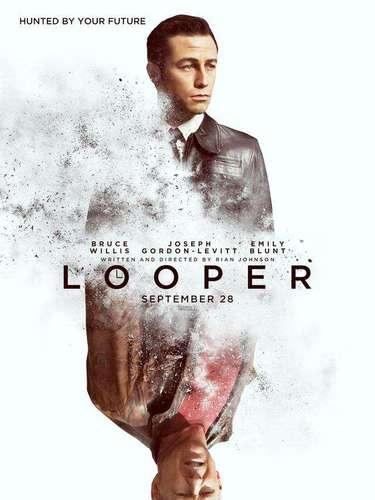 11. Looper. En esta doble imagen del poster capta bien el lema de la película: 'Perseguido por tu futuro. Perseguido por tu pasado'