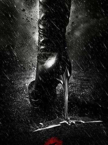 5. The Dark Knight Rises. Fue una de las películas más taquilleras del año pero por más sencillos que pudieron haber sido sus posters, este en especial es el mejor de la cinta con los zapatos de la sexy Catwoman