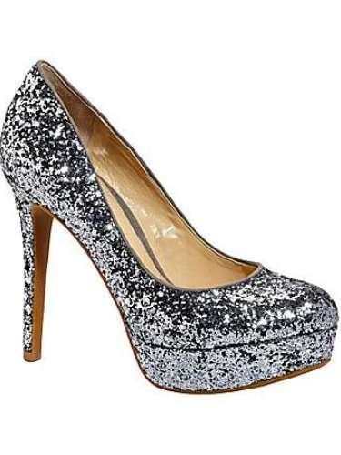 Zapatos brillosos para una noche memorable. 80 dólares en Dillards.com