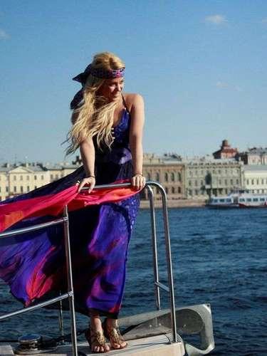 Para hacer la campaña la cantante colombiana posó en una paradisíaca playa de St. Petersburg, Rusia, a bordo de un barco en el mar.