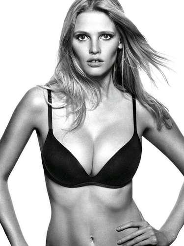 #22 Lara Stone La modelo, descubierta en 1999 en sus vacaciones familiares, ha logrado ser una de las top models mejor pagadas (según Forbes). En 2012 logró convertirse en el rostro de la popular marca Calvin Klein.